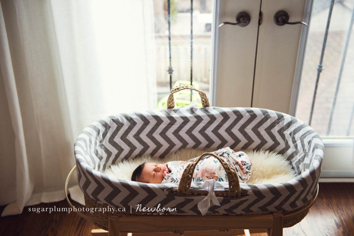 Lifestyle photography: Baby sleeping in bassinet